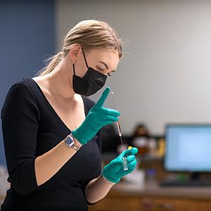 Student Aliaksandra Reutovich working in chemistry lab